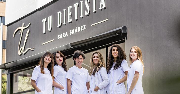 La familia de TU DIETISTA posa en la fachada de su nueva clínica en Córdoba.