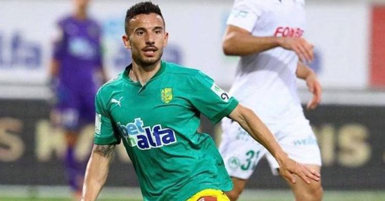 Fernández en un partido con la camiseta del AEK