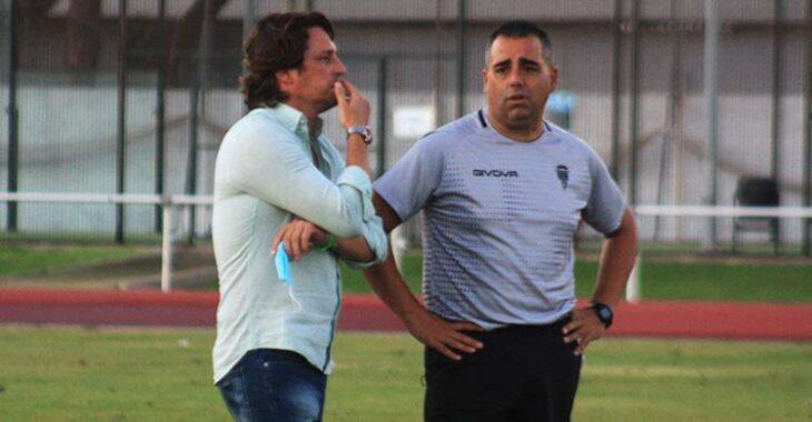 Germán Crespo departiendo con el consejero Adrián Fernández-Romero al término del partido.