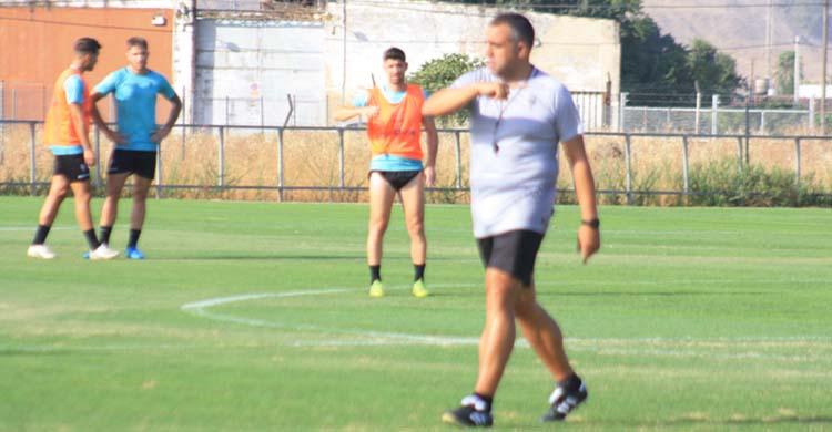 Germán Crespo dando instrucciones en la Ciudad Deportiva.