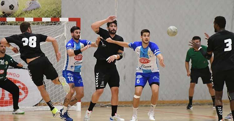 Javi García, incrustado en la defensa malagueña, pasa el balón a Delcio Pina.