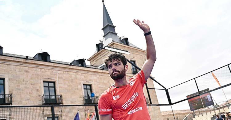 Javi Garrido levantando su brazo izquierdo tras ganar el Challenger de Lerma en un emplazamiento espectacular.