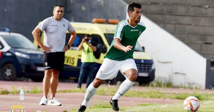 Germán Crespo observa con los brazos en jarra una acción de José Ruiz ante el Linense. Foto: CCF