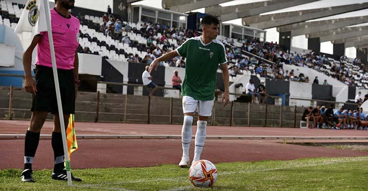 Luismi Redondo antes de ejecutar con saque de esquina en el último amistoso disputado en La Línea.