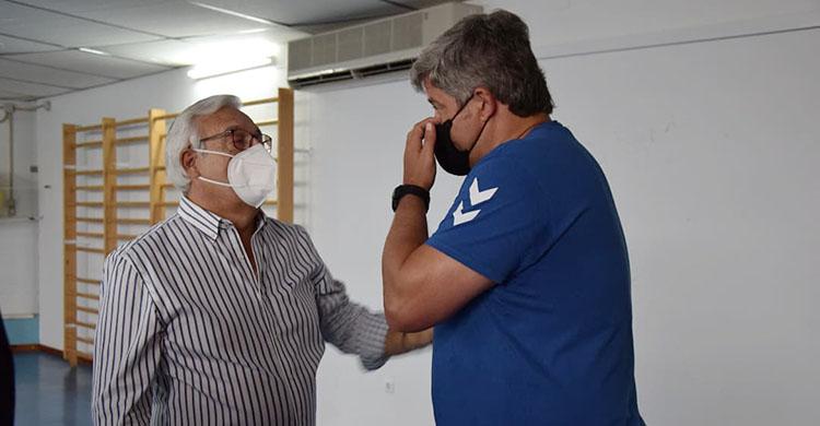 Mariano Jiménez y Paco Bustos departiendo en su reencuentro en el gimnasio pontano.