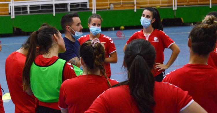 Mario Ortiz hablando a sus jugadoras en una sesión en Fátima. Foto: CBM