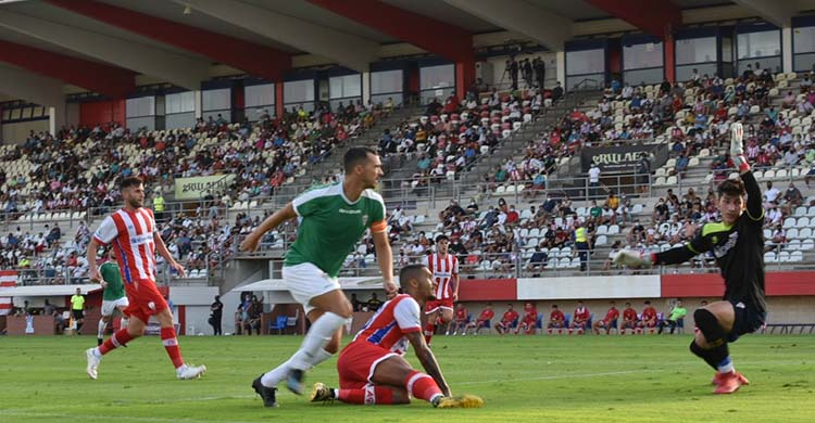 Miguel de las Cuevas en la acción de su gol que dio la victoria en Algeciras.