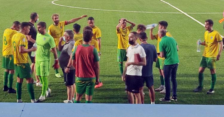 Los jugadores auriverdes en una pausa de hidratación. Foto: Montilla CF