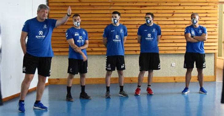 Paco Bustos dirigiéndose a sus jugadores.Paco Bustos dirigiéndose a sus jugadores.
