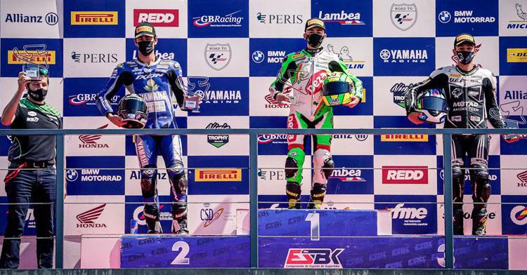 Pepe Osuna y Luis Castro, como jefe de equipo, en el podio de Navarra. Foto Pix Motorr.