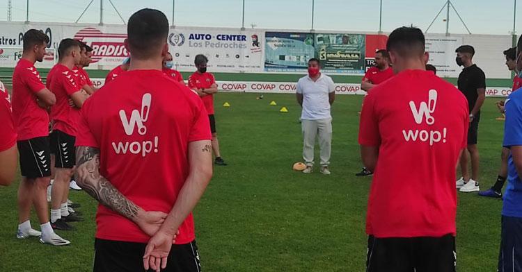 Pablo Lozano, presidente de la RFAF, dirigió unas palabras al equipo de su localidad. Foto: CD Pozoblanco