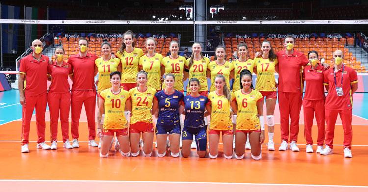 La selección española posando antes del partido. Foto: RFEVB