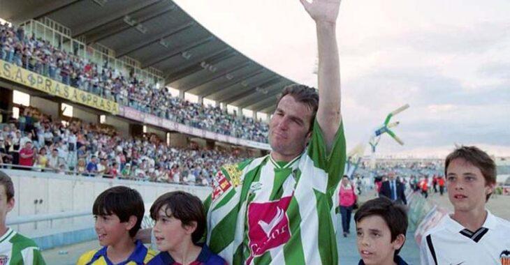 Roberto Fernández en su despedida de El Arcángel rodeado por varios chicos con las camisetas de los clubes de su carrera.