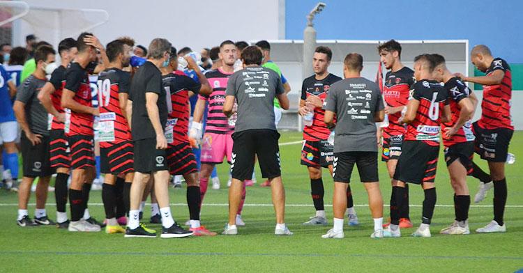 Keko Rosano hablando a sus jugadores en una pausa de hidratación. Foto: Tino Navas / Salerm Puente Genil