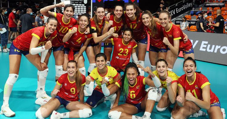 La alegría de Las Leonas tras la victoria. Foto: RFEVB