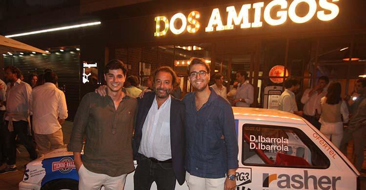 Diego y Dani García-ibarrola, junto a su tío Daniel posando con su Opel Corsa durante la presentación del equipo en Dos Amigos.