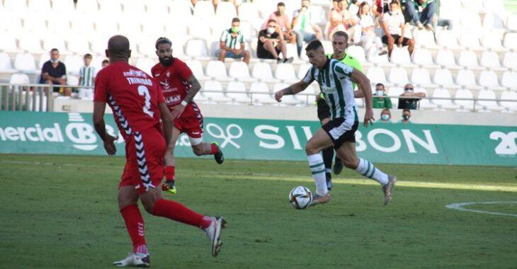 Fuentes conduce el balón hacia la portería rival. Autor: Paco Jiménez.
