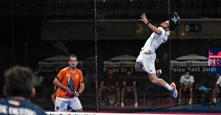 Javi Garrido volando para rematar en el Palau San Jordi con su compañero Juan Belluati al fondo.