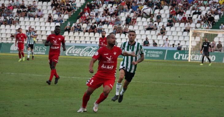 Julio Iglesias intentando robar el balón al rival. Autor: Paco Jiménez.