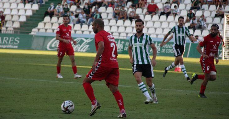 Omar ante un jugador del Don Benito. Autor: Paco Jiménez.