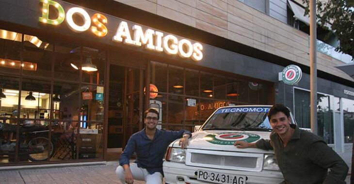 Diego, a la izquierda, y Dani García-Ibarrola posando ante su Opel Corsa.
