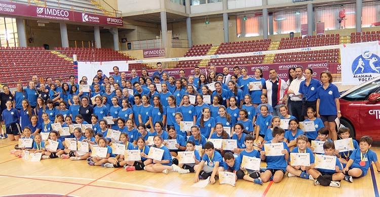 Los canteranos del Academia Voleibol Córdoba tras su último Campus celebrado en Vista Alegre.