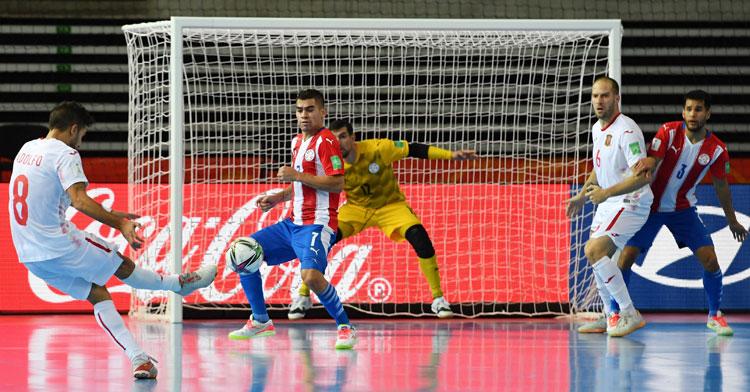 Adolfo en la acción del 2-0 para España, con Solano atento. Foto: FIFA.com