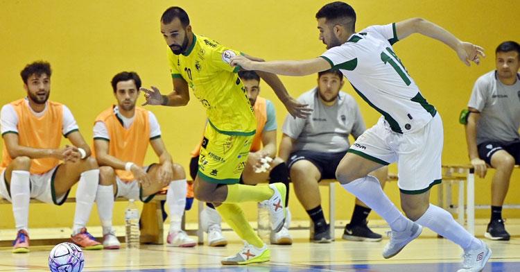 Alberto Saura persiguiendo a un rival amarillo. Foto: JuancaMartos