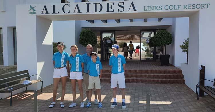 El equipo del Real Club de Campo de Córdoba posando en la casa club de Alcaidesa Links.
