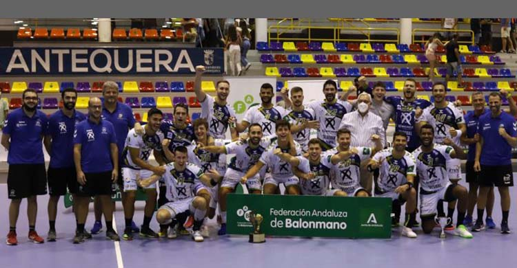 La plantilla del Ángel Ximénez posando con su séptima Copa de Andalucía.