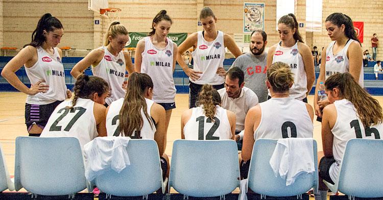 Antonio Quintero en un tiempo muerto con sus jugadoras. Foto: Córdoba BF
