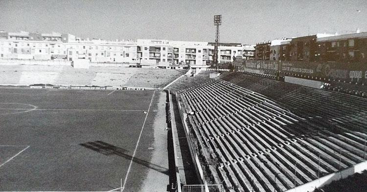 La primera visita del Don Benito a Córdoba fue en la temporada 1955-56, justo la campaña en la que se volvió a abrir El Arcángel para que los blanquiverdes jugaran sus encuentros.