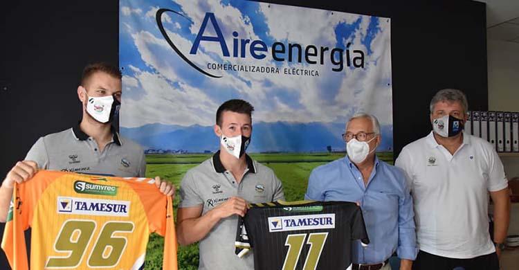 Los dos primeros fichajes del Ángel Ximénez, Sean Corning y Michal Konecny, muestran sus camisetas junto a Mariano Jimenez y Paco Bustos.