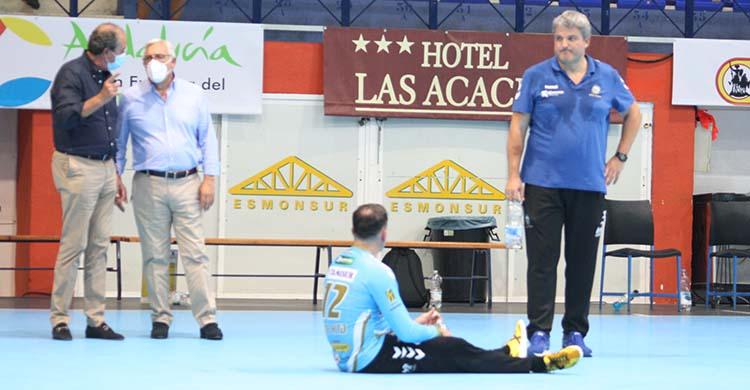 Paco Bustos junto a Álvaro de Hita saboreando el triunfo ante el Sinfín, con el presiente, Mariano Jiménez, departiendo junto a su vicepresidente Francis Pérez.