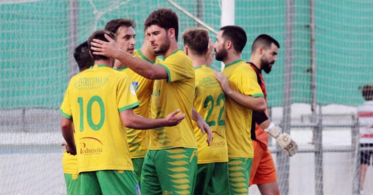 Los jugadores auriverdes celebrando un tanto. Foto: Montilla CF