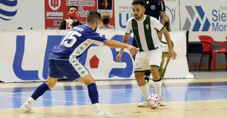 Jesulito tratando de inventar ante un bético. Foto: Córdoba Futsal