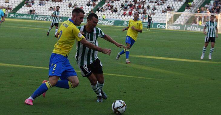 Miguel de las Cuevas encarando a un jugador del Cádiz B.