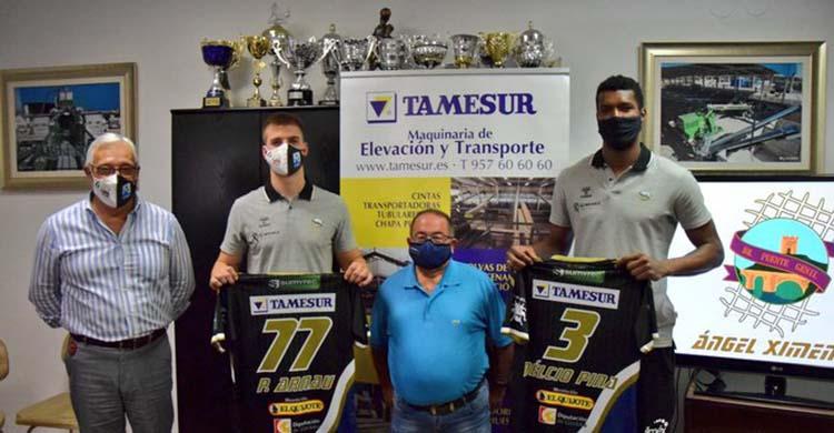 Delcio Pina y Pere Arnau muestras sus camisetas junto a Antonio Muñoz de Tamesur y al presidente del club.