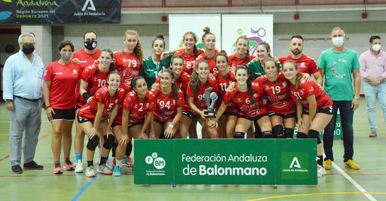 Las chicas del Deza Córdoba de Balonmano posando con su trofeo de subcampeón. Foto: CBM
