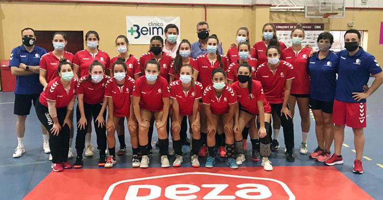 Las chicas del Deza Córdoba de Balonmano recibieron esta semana la visita del presidente del IMDECO, Manuel Torrejimeno. Foto: CBM