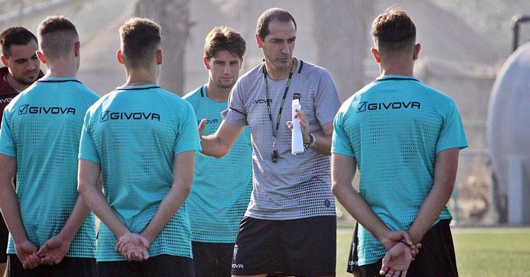 Diego Caro aleccionando esta semana a sus pupilos. Foto: CCF