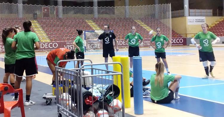 Juanma Cubero junto a sus jugadoras en una sesión