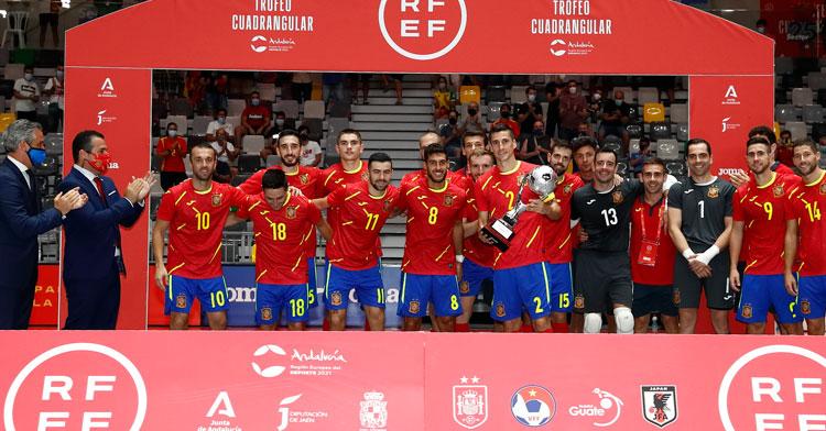 La selección española con el trofeo logrado en Jaén. Foto: RFEF