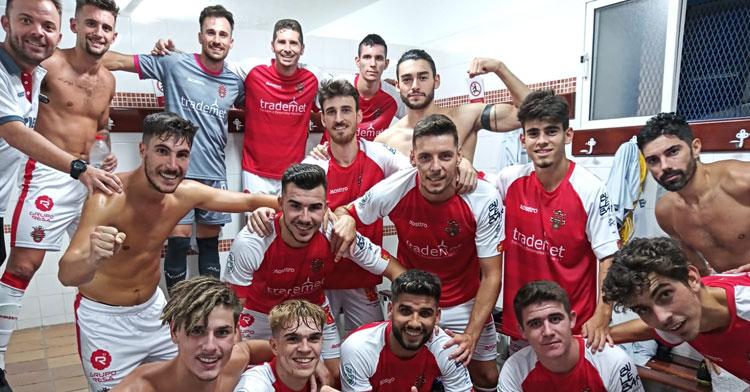 Los jugadores rojillos, felices en el vestuario. Foto: Atlético Espeleño