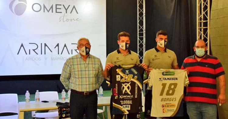 Felipe Borges y Chen Pomeranz posando junto a Mariano Jiménez y Álvaro Molina durante su presentación.