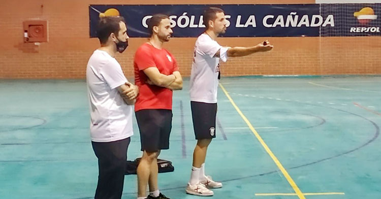 Fermín Hidalgo haciendo indicaciones en un entrenamiento. Foto: Bujalance FS