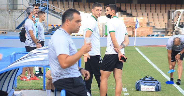 Germán Crespo templando los nervios con un café, con Carlos Marín y Adrián Fuentes al fondo, que viajaron pese a no estar convocados.