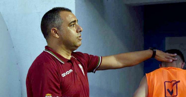 Germán Crespo felicita a uno de sus jugadores tras la victoria en Don Benito. Foto: CCF
