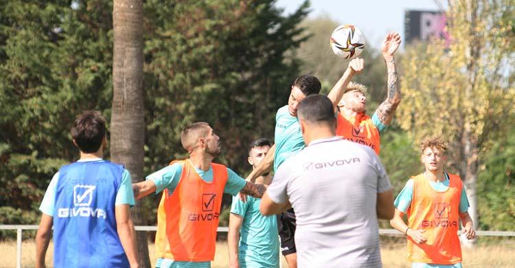 Antonio Casas y Toni Arranz pelean un balón aérea bajo la mirada de Simo y Germán Crespo.