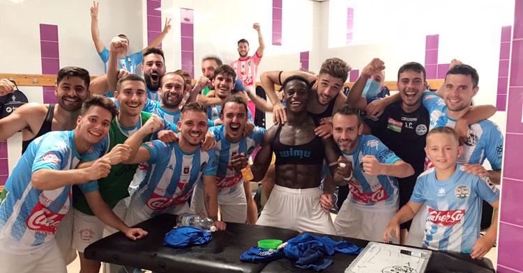 Los jugadores del Coria celebrando la victoria en Lepe